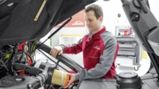 Pahlke-Servicetechniker am Fahrzeug