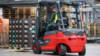 E-Stapler von Linde Material Handling transport in der Brauerei Veltins Getränkekisten.