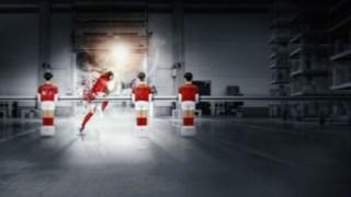 Fußballspieler löst sich aus Tischfußball und rennt