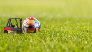 Fussball EM 2021 Motiv: Linde H30 in Schwarz-rot-gold und Fußball mit Europäischen Flaggen