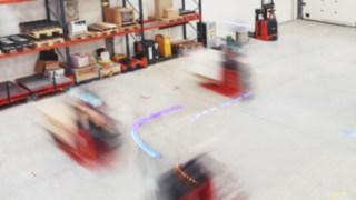 Lagerhalle mit autonomen Flurförderzeugen von Linde Material Handling